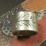 zilveren ring 'Lineair' met hand engraved leaf motive. Oogst goudsmeden Amsterdam. bladermotief handgravure. Silver ring 'Lineair' with