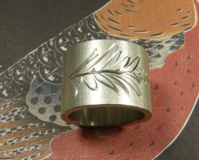 zilveren ring 'Lineair' met hand engraved leaf motive. Oogst goudsmeden Amsterdam. bladermotief handgravure. Silver ring 'Lineair' with