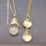 Geelgouden hangers met rozenkwarts. Yellow gold pendants with Rose Quartz. Maatwerk van Oogst Amsterdam