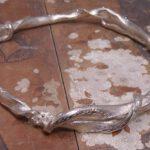 Zilveren armband van vervlochten takken. Silver bracelet of intertwined branches. Uit het Oogst atelier Amsterdam.
