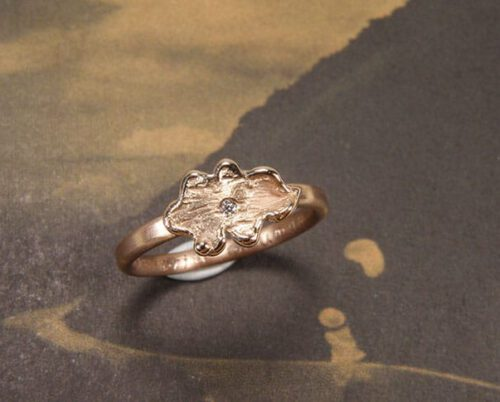 Roodgouden ring Eik met diamant. Rose gold ring Oak. Uit het Oogst goudsmid atelier. Made in the Oogst goldsmith studio.