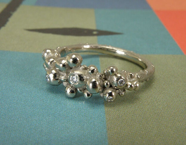 Witgouden Bessen ring met diamanten. White golden 'Berries' ring with diamonds. Oogst Amsterdam.