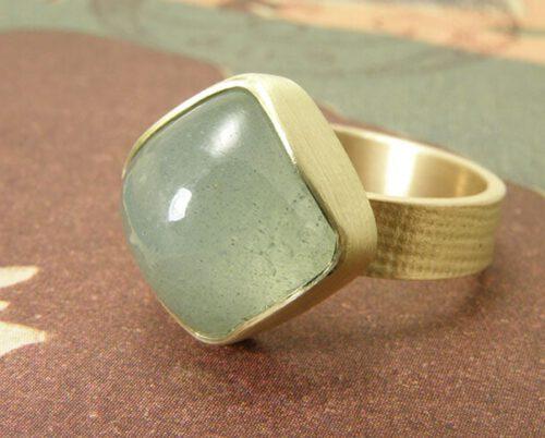Geelgouden linnen ring met aquamarijn. Yellow golden linnen ring with aquamarine. Oogst Amsterdam.