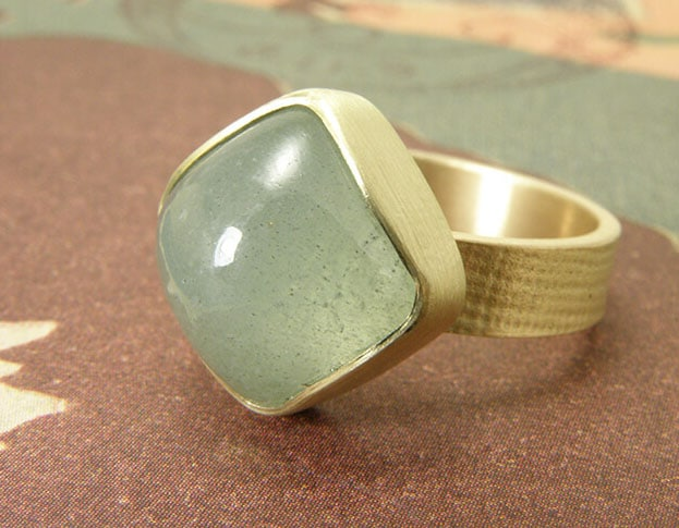 Geelgouden linnen ring met aquamarijn. Yellow golden linnen ring with aquamarine. Oogst Amsterdam.