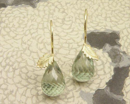 Geelgouden blaadjes met krul en prasioliet. Yellow golden leaf earrings with prasiolite. Uit het Oogst atelier Amsterdam.