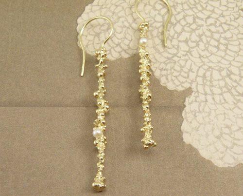 Geelgouden besjes met krul en witte akoya cultivé parels. Yellow golden earrings with white akoya cultivé pearls. Oogst Amsterdam.
