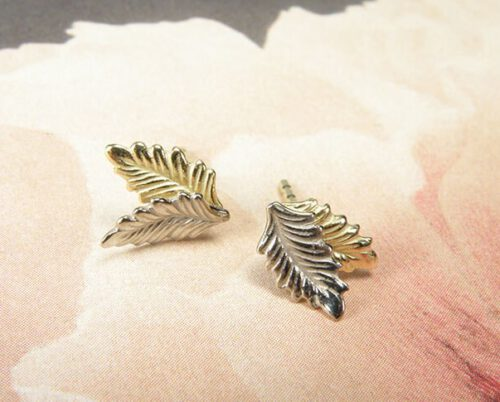 Yellow golden and white golden 'Leaves' ear studs. Oogst goldsmith Amsterdam.
