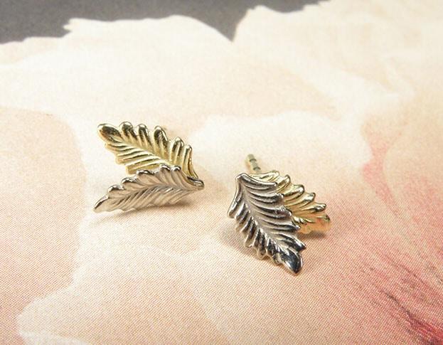 geel- met witgouden dubbele blaadjes oorstekers. Yellow golden and white golden double leaf earstuds. Oogst goudsmeden Amsterdam.