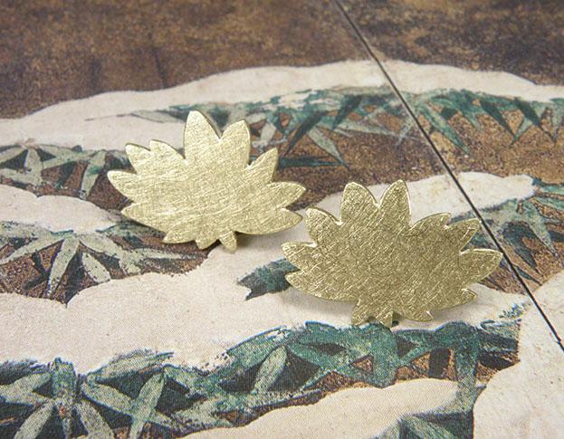 Geelgouden chrysanthum oorstekers uit de 'Japonais' collectie. Yellow golden chrysanthum earstuds from the 'Japonais' collection. Uit het Oogst atelier Amsterdam.