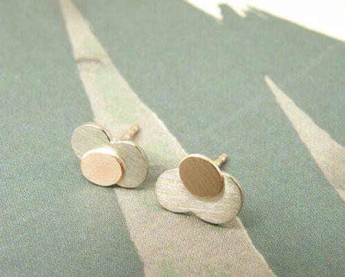 Geelgouden cirkels oorstekers. Yellow golden earrings with circles. Uit het Oogst atelier Amsterdam.