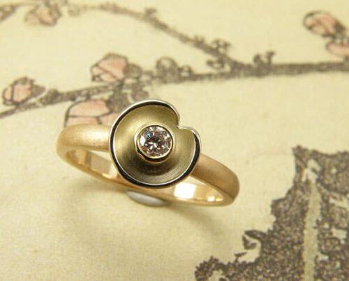 Roségouden ring met witgouden waterlelie en lichtroze diamant. Rose golden ring with white golden waterlily and light pink diamond. Uit het Oogst atelier Amsterdam.