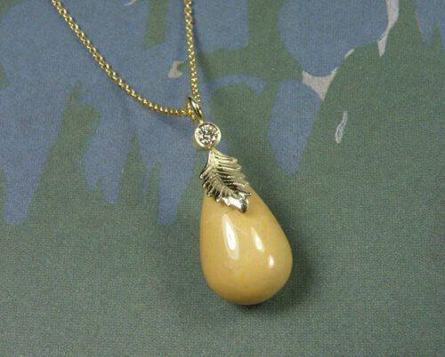 Geelgouden blaadjes hanger met mokaiet pampel en diamant. Yellow golden leaf pendant with mokaiet and diamond. Uit het Oogst atelier Amsterdam.