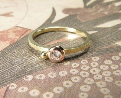 Geelgouden ring met bolle zetting en diamant. Yellow golden ring with diamond. Oogst goudsmeden Amsterdam.