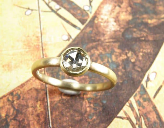 Verlovingsring 'Eenvoud'. Geelgouden ring met diamant. Engagement ring 'Simplicity'. Yellow golden ring with diamond. Uit het Oogst atelier Amsterdam.