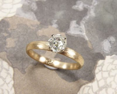Verlovingsring 'Ritme'. Roségouden ring met spitse hamerslag en een diamant. Engagement ring 'Rhythm'. Rose golden ring with hammering and a diamond. Oogst goudsmeden Amsterdam.