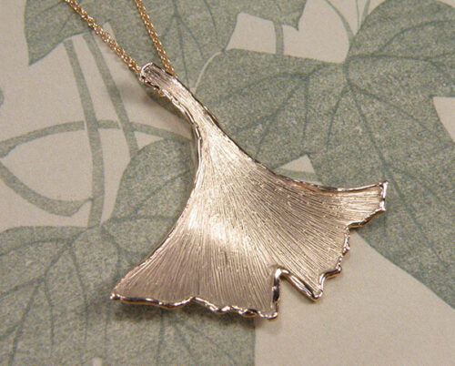 Roodgouden Ginkgo hanger. Rose gold Ginkgo pendant. Uit het Oogst goudsmid atelier. Made in the Oogst goldsmith studio.