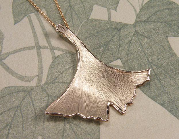 Roodgouden Ginkgo hanger. Rose gold Ginkgo pendant. Uit het Oogst goudsmid atelier. Made in the Oogst goldsmith studio.