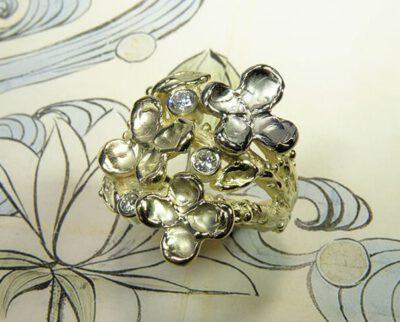 Ring in Bloei, takjes met bloemen, blaadjes en diamanten, gemaakt van eigen oud goud. Ring In Bloom, twigs with flowers, leafs and diamonds, crafted from own heirloom gold. Oogst goudsmid Amsterdam