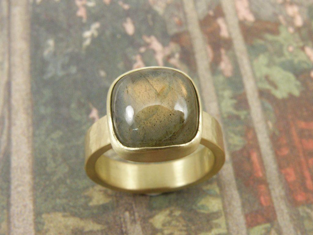 Blog over Labradoriet en handgemaakte sieraden met Labradoriet uit het Oogst atelier Amsterdam.
