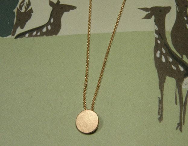Roodgouden Cirkel hanger. Rose gold Circle pendant. Uit het Oogst goudsmid atelier. Made in the Oogst goldsmith studio.