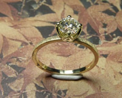 Verlovingsring 'Fluweel'. Geelgouden ring met 0,59 crt diamant. Engagement ring 'Velvet'. Yellow golden ring with 0,59 crt diamond. Oogst goudsmeden Amsterdam.