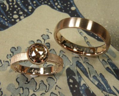 Trouwringen 'Boleet' en 'Eenvoud'. Roodgouden ring met bruine diamant en 'fluweel' afwerking. Roodgouden ovale ring. Wedding rings 'Boletus' & 'Simplicity'. Rose golden ring with brown diamond and 'velvet' finish. Rose golden oval ring. Uit het Oogst atelier Amsterdam.