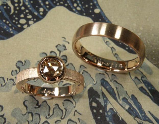 Trouwringen 'Boleet' en 'Eenvoud'. Roodgouden ring met bruine diamant en 'fluweel' afwerking. Roodgouden ovale ring. Wedding rings 'Boletus' & 'Simplicity'. Rose golden ring with brown diamond and 'velvet' finish. Rose golden oval ring. Uit het Oogst atelier Amsterdam.