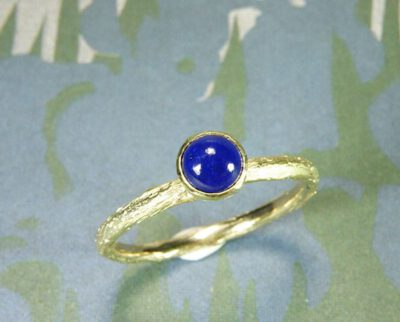 Verlovingsring 'boomgaard'. Geelgouden takje ring met een lapis lazuli. Engagement ring 'Orchard'. Yellow golden twig ring with a lapis lazuli. Oogst goudsmeden Amsterdam.