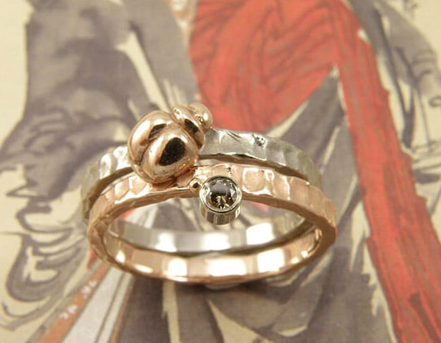 Aanschuifringen roodgoud Deining met natuurlijk bruine diamant . Witgouden aanschuifring met roodgouden kevertje. Stack ring white gold with rose gold ladybug. Rose gold with brown diamond. Oogst goudsmid Amsterdam