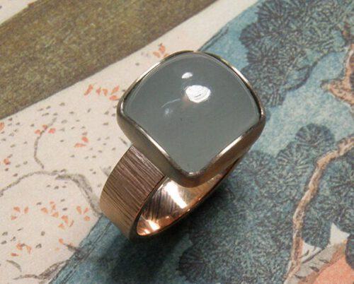 Rood- met witgouden ring met aquamarijn en hamerslag. Rose gold ring with aquamarine in a white gold setting. Oogst goudsmid Amsterdam