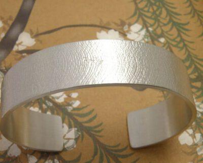 Armband zilver met linnen structuur. Gedenksieraad. Silver bracelet with Linen texture. Commemorative jewel. Oogst goudsmid Amsterdam