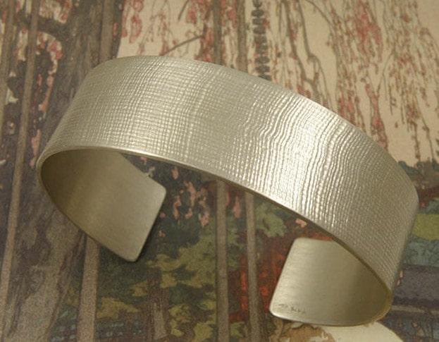 Zilveren klemband met linnen structuur. Silver cuff with linnen structure. Uit het Oogst atelier Amsterdam.