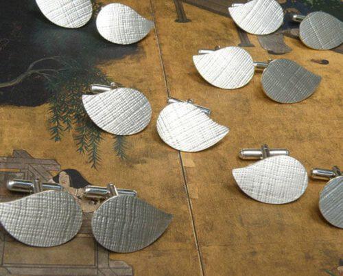 Zilveren manchetknopen, blad met structuur. Silver cufflinks, leaf with texture. Uit het Oogst goudsmid atelier. Made in the Oogst goldsmith studio.