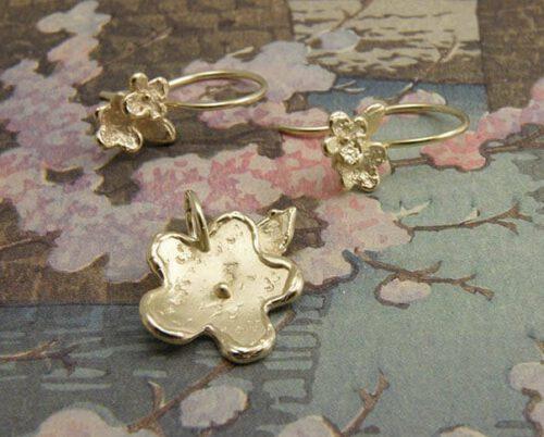 Bloemenpracht hanger en oorsieraden van eigen oud goud vervaardigd. Uit het Oogst atelier. Flower pendant and earrings, created with own heiloom gold. By Oogst Amsterdam.