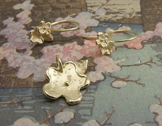Bloemenpracht hanger en oorsieraden van eigen oud goud vervaardigd. Uit het Oogst atelier. Flower pendant and earrings, created with own heiloom gold. By Oogst Amsterdam.