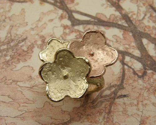Geelgoud met roodgouden ring 'In Bloei'. Yellow gold and rose gold flowers ring. Uit het Oogst goudsmid atelier.