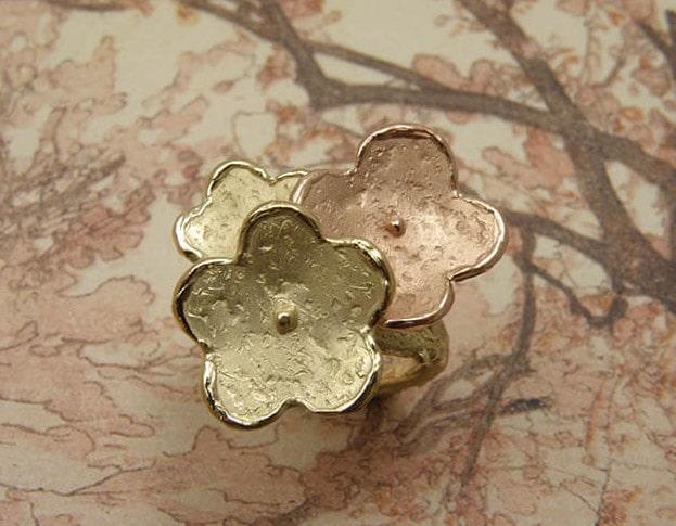 Geelgoud met roodgouden ring 'In Bloei'. Yellow gold and rose gold flowers ring. Uit het Oogst goudsmid atelier.