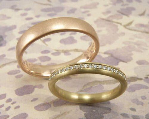 Trouwringen 'Eenvoud'. Roségouden ring met diamanten rondom. Roodgouden ring. Wedding rings 'Simplicity'. Rose golden ring with diamonds all around. Rose golden ring. Uit het Oogst atelier Amsterdam.