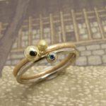 Aanschuifringen Besjes geelgoud en witgoud met fancy blue diamant. Stack rings Berries. Yellow gold ring. White gold ring with blue diamond. Oogst goldsmith Amsterdam. Edelsmid Amsterdam