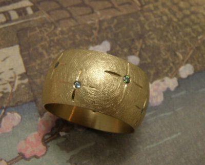 Brede geelgouden ring met diamanten. Yellow golden ring with diamonds. Oogst Amsterdam.