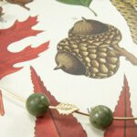 Collier 'Blaadjes' elegante draadschakels met fijne blaadjes deels van eigen rosé goud vervaardigd met eigen serpentijn kralen. Necklace 'Leafs' elegant necklace with delicate leafs, partly made of heirloom rose gold and heirloom serpentine beads. Uit het Oogst atelier Amsterdam.
