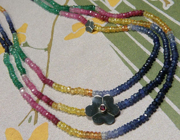 Collier met saffier en smaragd en witgouden bloemen. Necklace with sapphire and emerald with white gold flowers. Oogst goudsmid Amsterdam