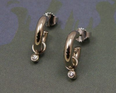 Oorsieraden 'Eenvoud' witgouden creolen met eronder bungelende diamanten uit erfstuk. Earrings 'Simplicity' white golden earrings with heirloom diamonds. Oogst goudsmeden Amsterdam.