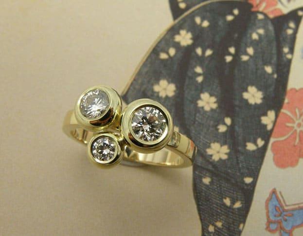 Geelgouden ring Boleet met 3 diamanten. Geboortesieraad. Yellow gold ring with 3 diamonds. Birth gift. Oogst goudsmid Amsterdam.