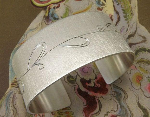 Zilveren klemarmband met druppel blad handgravure. Silver cuff with hand engraved dropshape leafs. Oogst goudsmeden Amsterdam.