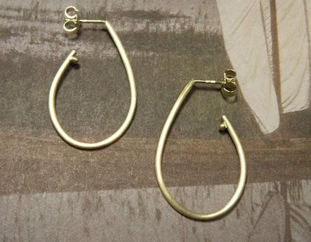 Gouden druppel oorsieraden met steker