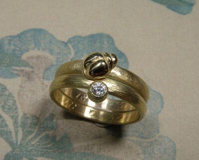 Geerfde ringen getransformeerd met hamerslag, torretje en steen van oma. Stack rings created from grandparents wedding rings. Oogst goudsmid Amsterdam