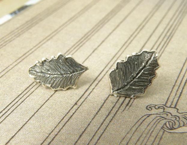 Zilveren geoxideerde blaadjes oorstekers. Silver oxidized leaf earstuds. Uit het Oogst atelier Amsterdam.