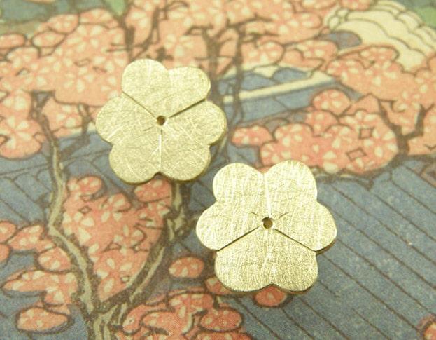 Geelgouden bloesem oorstekers. Yellow golden blossom earstuds. Uit het Oogst atelier Amsterdam.