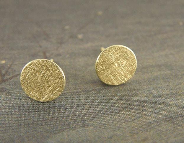 Geelgouden 'Cirkel' oorstekers. Uit het Oogst goudsmid atelier.